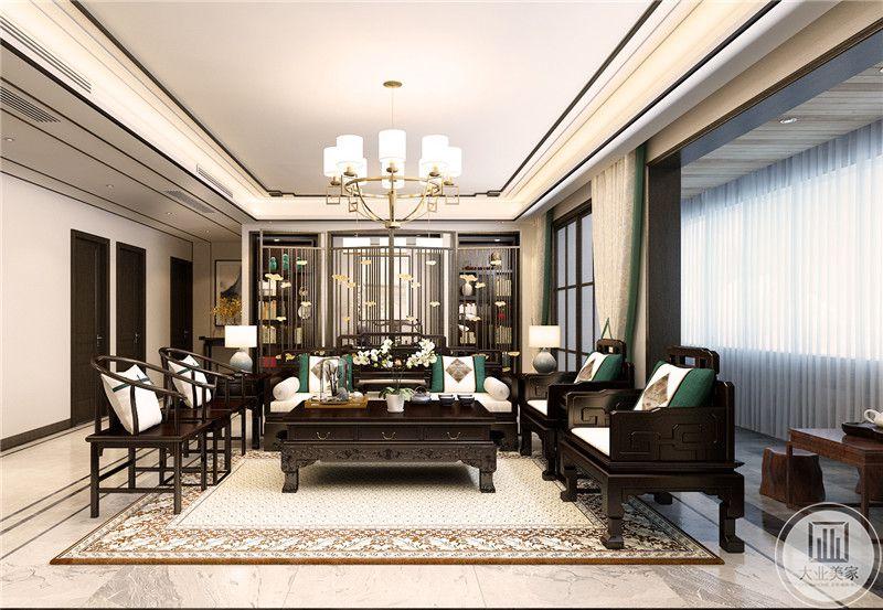 客厅是明清式的桌椅茶几,中央的主沙发用罗汉床代替。