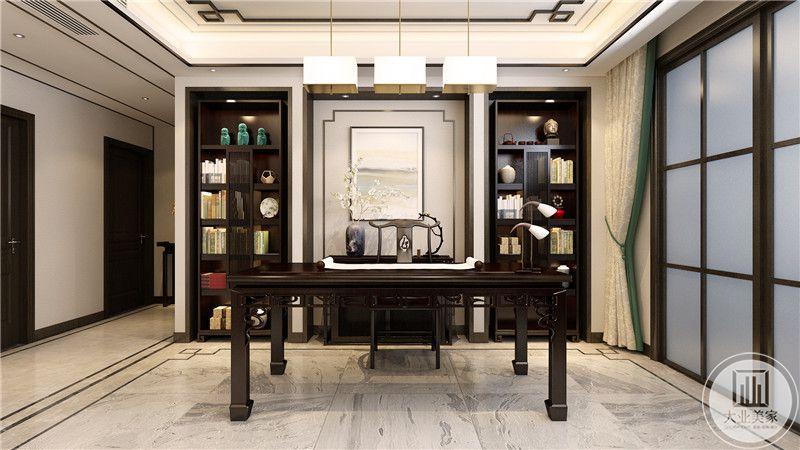 书房是大理石的地面,桌案,收纳柜则是深色的木制物。