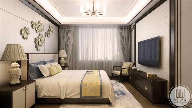 主卧背景墙上是金属色的荷叶设计,柔和浅淡的色调使空间显得十分温馨舒适。