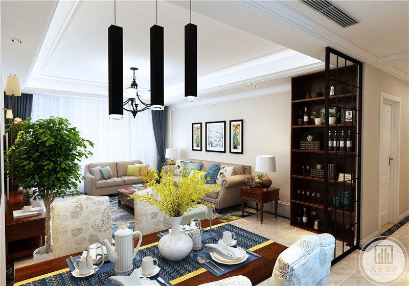 餐桌侧边就是红酒柜,红酒柜是深色的木质材料,门则是选择了玻璃材料。