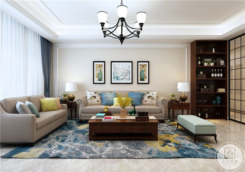客厅沙发墙旁边是两个置物架,放着台灯和装饰物。