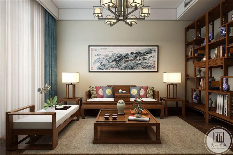 书房沙发茶几都采用实木材料,背景墙采用浅黄色壁纸,墙面采用中式山水画装饰,一侧采用实木收纳柜增强收纳的同时也作为隔断。