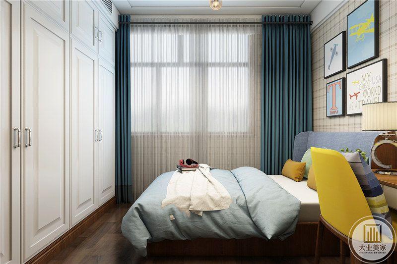 次卧室床尾采用白色衣柜增强收纳,地面铺设深色木地板。