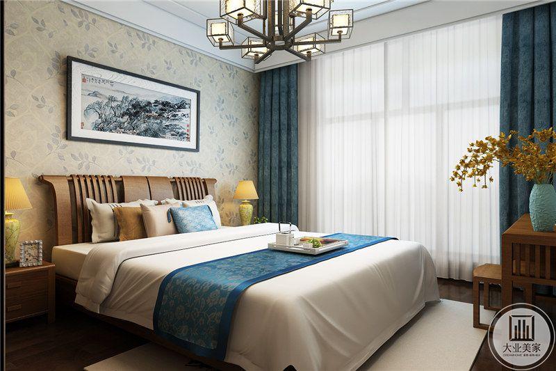 卧室床头背景墙采用浅黄色花草壁纸,墙面采用中式水墨画装饰,床的两侧放置实木床头柜。