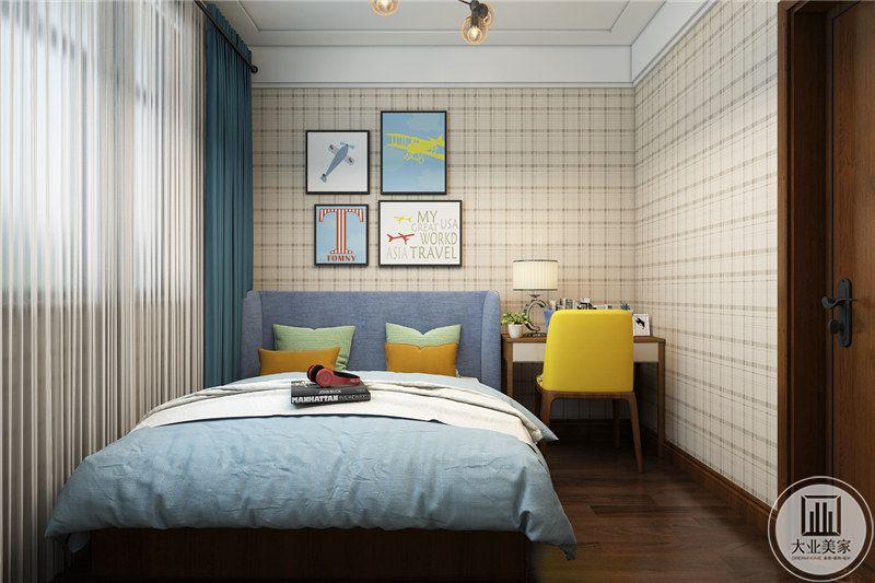 次卧室床头背景墙采用浅黄色方格壁纸,墙面采用四副现代装饰画装饰。