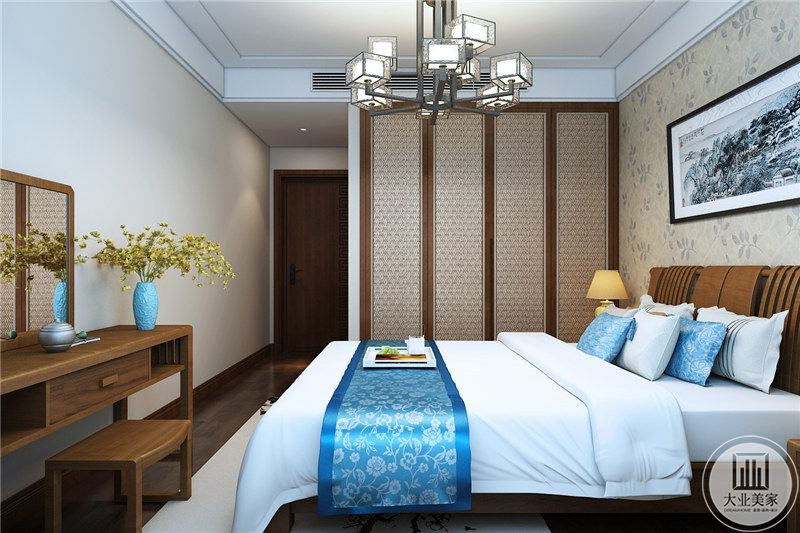 主卧室床尾放置实木梳妆台,与窗户相对的是实木衣柜。