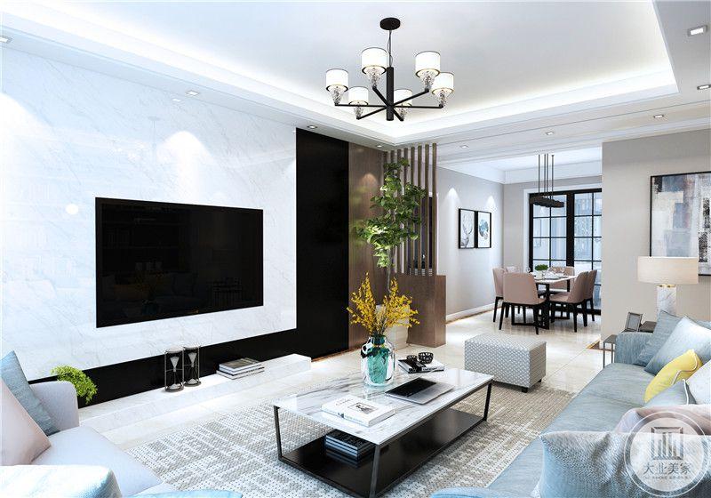客厅影视墙采用白色大理石,电视机嵌入到墙里,另一部分采用黑檀木装饰。