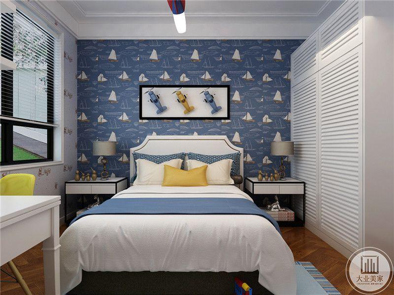 儿童房床头背墙采用浅蓝色为主,墙面采用三色飞机装饰,床的两侧采用床头柜。