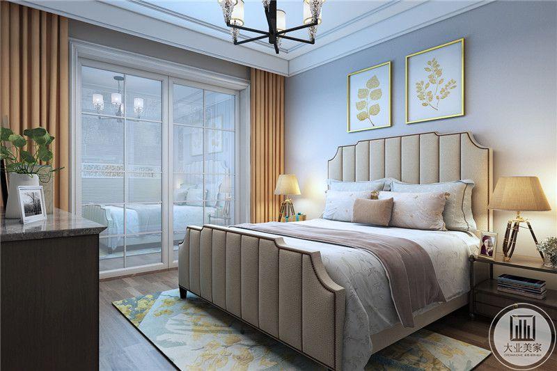 次卧室床头背景墙采用蓝色壁纸装饰,墙面采用两幅金色装饰画。