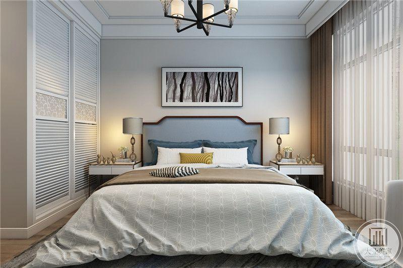 主卧室床头背景墙采用浅色壁纸,墙面采用现代风装饰画,床的两侧采用白色床头柜。