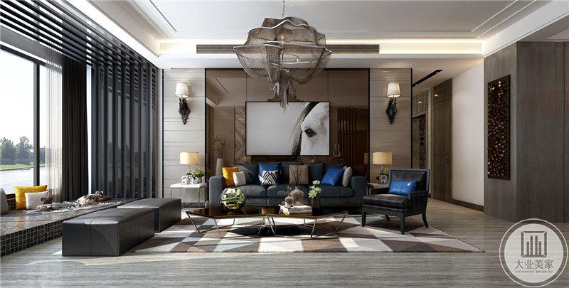 客厅背景墙采用金属镜面装饰,沙发采用灰蓝色布艺沙发,搭配金属质感强烈的茶几,地面铺设浅灰色木地板,搭配白色棕色相间地毯。