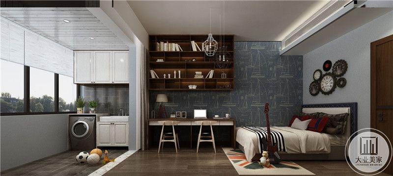 卧室床头背景墙采用蓝色装饰,墙面悬挂齿轮型相框装饰,一侧的墙面采用深蓝色搭配书桌红木吊柜,床尾正对阳台。