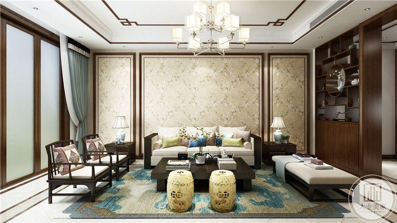 客厅背景墙采用浅黄色花纹壁纸,沙发茶几采用黑檀木材料,地面铺设白色瓷砖搭配绿色地毯。