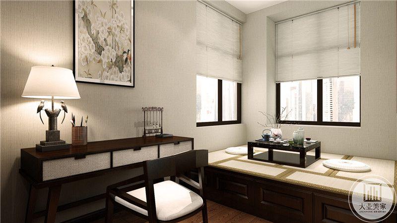 书房采用榻榻米增加收纳又可以增加休息空间,墙面采用浅黄色壁纸,一侧采用红木书桌。