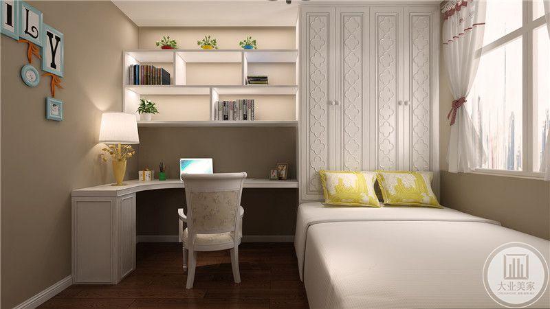 儿童房靠窗的一侧采用榻榻米,一旁的是白色书桌搭配白色椅子。