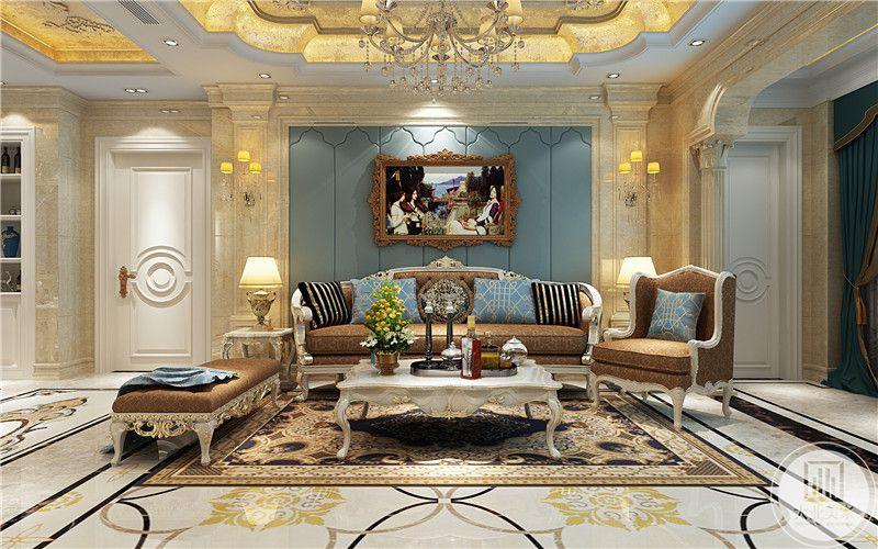 客厅是繁复华丽的准时化,黑色大拼花地毯上是花纹细致的地毯。