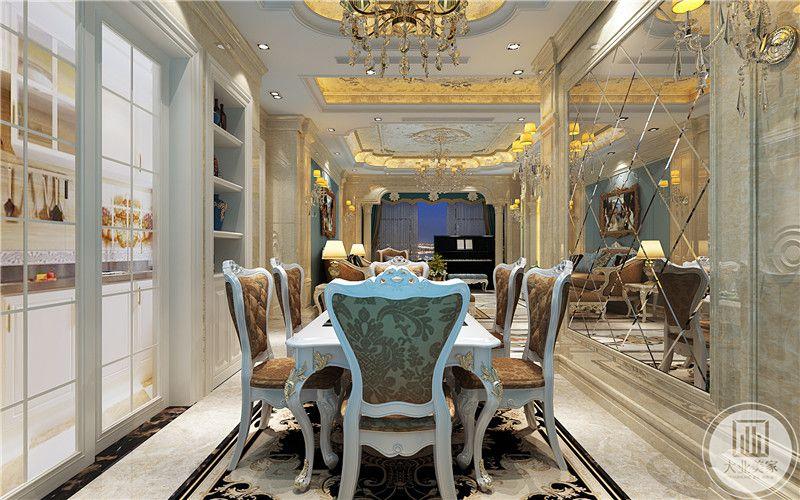 餐厅是宫廷式的桌椅。