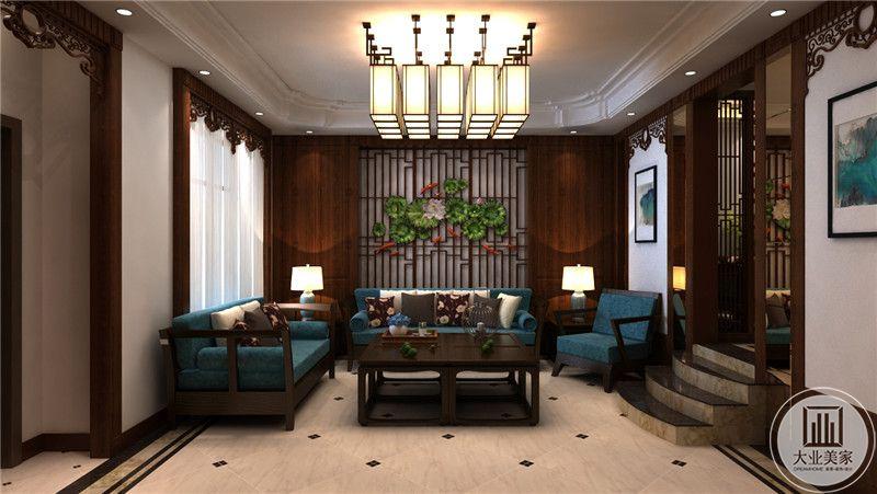 客厅背景墙采用红木格栅做装饰,沙发采用以蓝色为主的装饰,茶几和沙发都采用红木装饰,客厅地面铺设白色瓷砖。