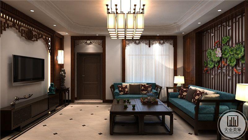 客厅是深色的木质茶几沙发与孔雀蓝色的软垫为主要组成部分。