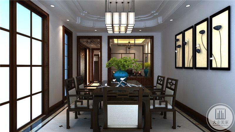 餐厅整体采用红木材料,一侧的墙面悬挂三幅中式风格装饰物。