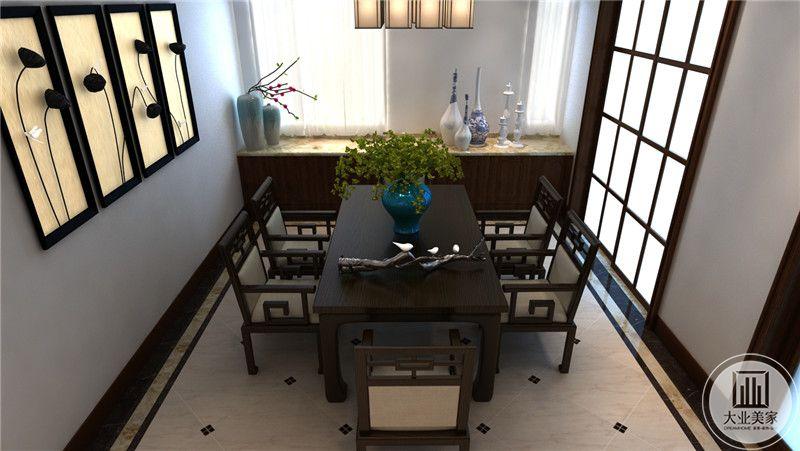餐厅餐桌靠窗的地方放置红木收纳柜,收纳柜的台面采用大理石材料。
