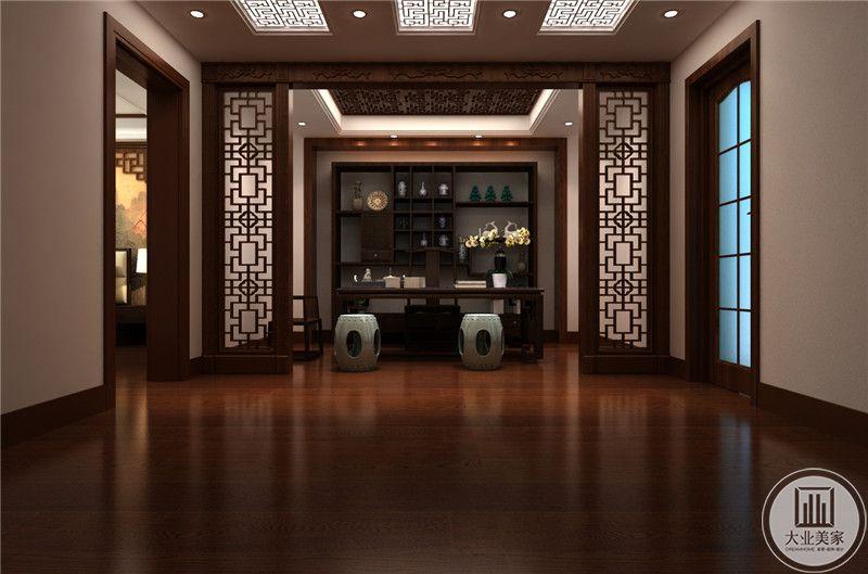 书房地面铺设红木地板,书桌椅子采用实木材料,正对书桌的墙面放置实木收纳柜。