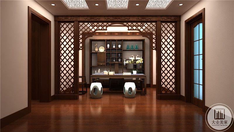 书房是传统中式的设计,镂空的隔断十分巧妙。