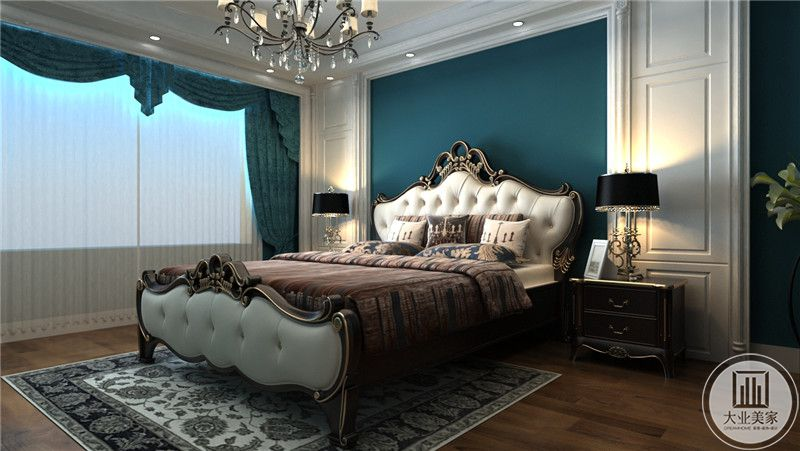 窗帘也是优雅的深蓝色。