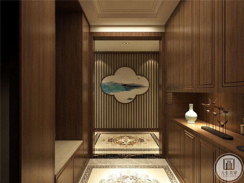 入户区域做成衣帽间,衣柜采用浅黄色实木装饰。
