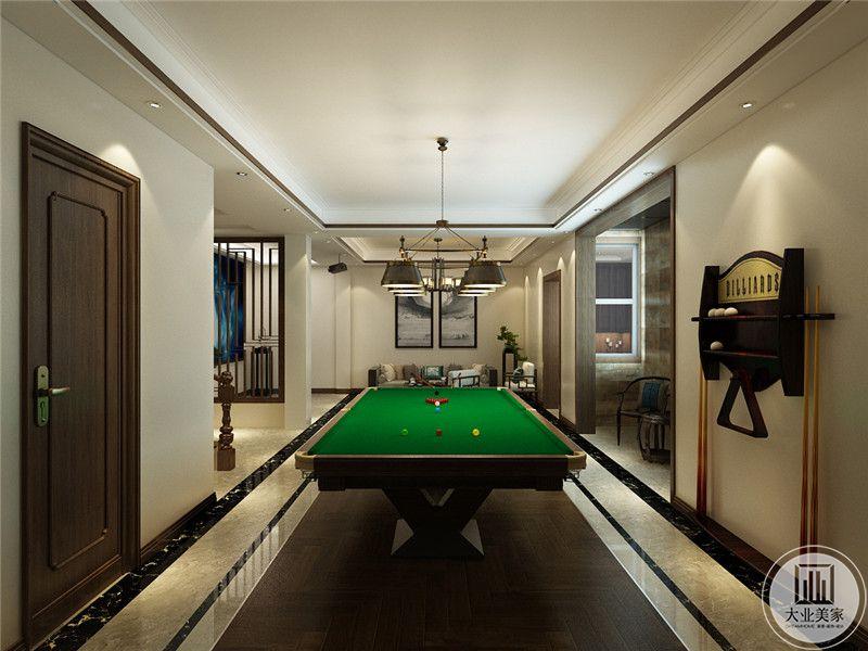 休闲区地面的一部分采用深色木地板,上面放置台球桌。