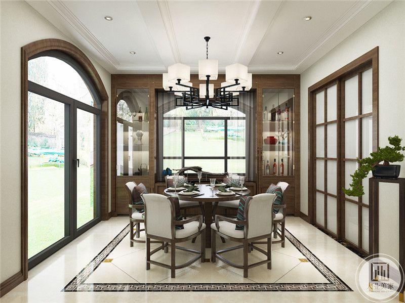 一楼餐厅餐桌采用圆形浅色实木餐桌,餐椅采用灰色实木材料,窗户的两侧做成收纳柜。