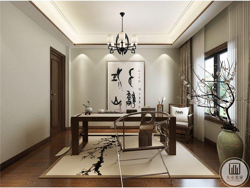 一楼书房地面铺设深色木地板,搭配浅色地毯,书桌采用黄花梨木,窗户的一侧摆放绿植。