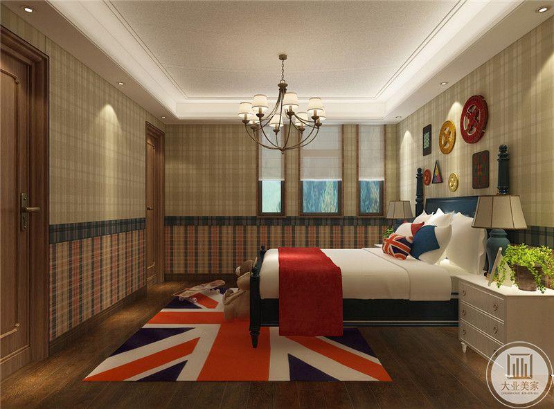 儿童卧室采用深色木地板,搭配英式风格的地毯,卧室墙面采用浅绿色方格墙纸。