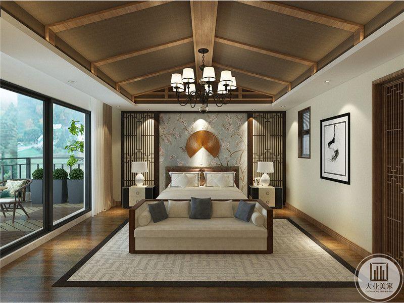 主卧室床头背景墙采用中式花鸟壁纸,墙面采用金属饰品装饰,两侧采用黑檀木屏风风格,床的两侧采用黑色实木床头柜。
