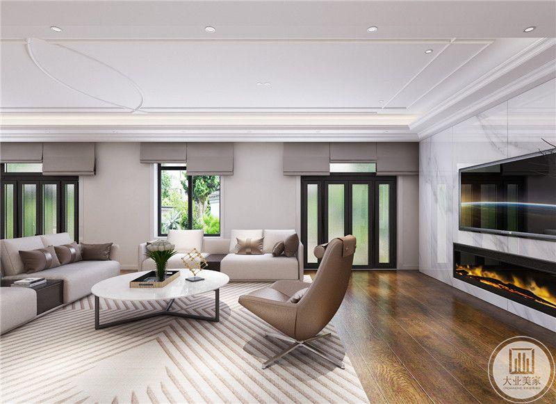 客厅地面铺设浅色木地板,搭配白色地毯。