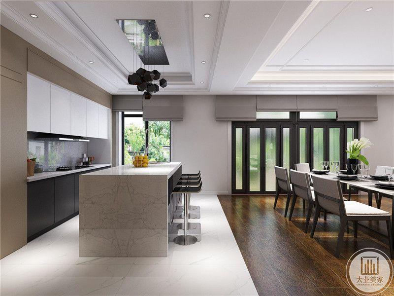 厨房与餐厅用一个吧台隔开,吧台空间的地面不再是深色木地板,变成了白色的大理石。