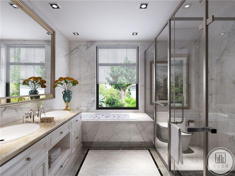 卫生间设置了浴缸,旁边是百叶窗的设计。