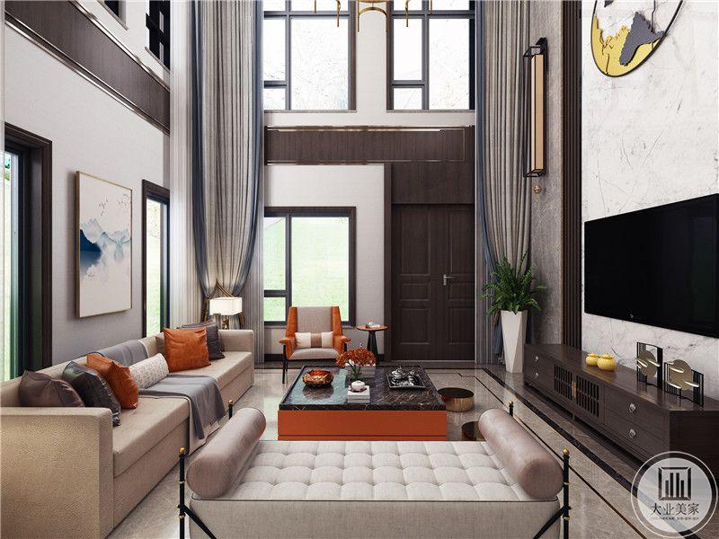 客厅影视墙采用大理石,电视柜采用深色实木。