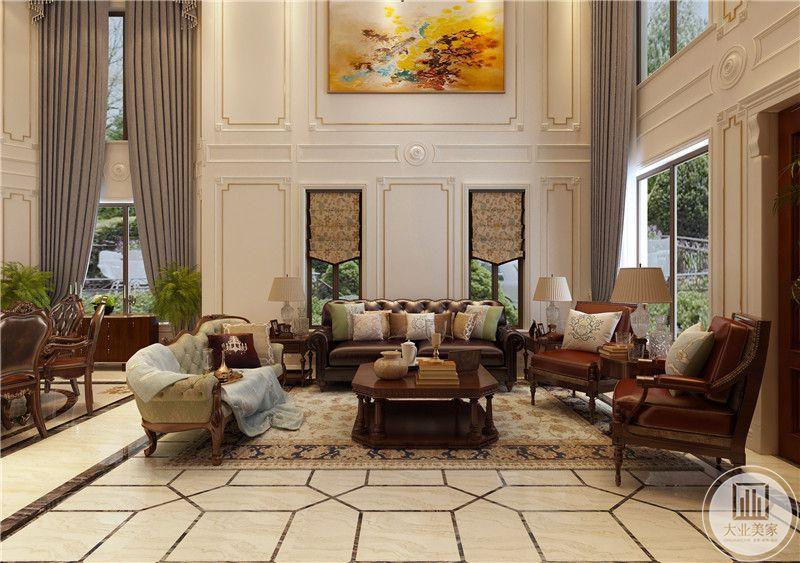 客厅沙发墙采用白色石膏线,两侧各有一个窗户,沙发茶几采用红木材料,地面铺设白色瓷砖搭配浅黄色地毯。