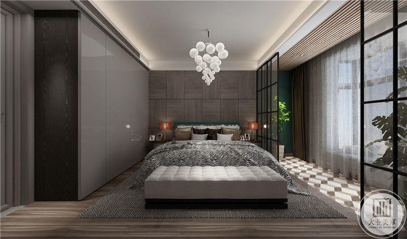 主卧浅木色的地板上是一个大大的黑白编织地毯,现代感十足。