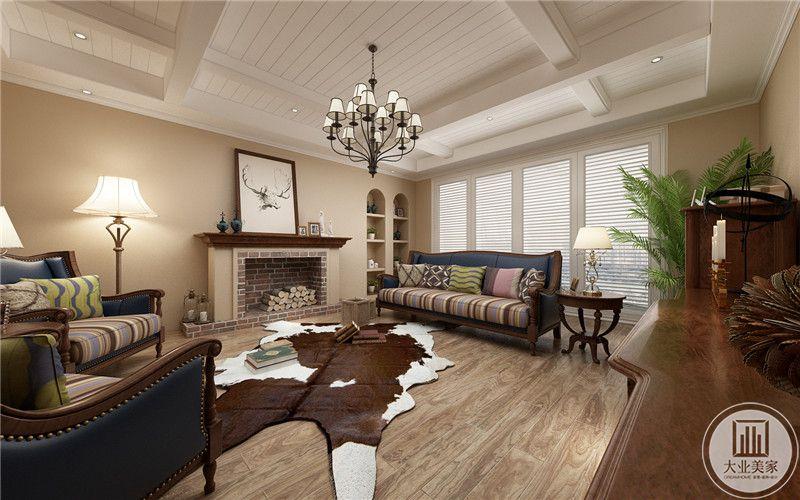 客厅沙发墙做成壁炉,浅木色的地板上是不规则的地毯,空间两侧是深蓝色的布艺沙发。窗户则采用了百叶窗的形式。