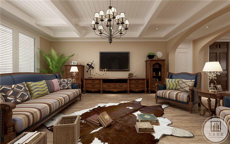 客厅影视墙采用浅色壁纸,客厅不设置茶几,而是在地面铺上仿照动物皮做的地毯。
