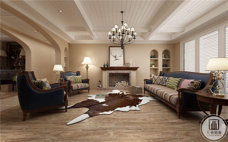 客厅沙发放在靠窗的一侧,墙面采用浅黄色的墙纸,与电视相对的一侧做成壁炉的效果,一侧采用嵌入式收纳柜。