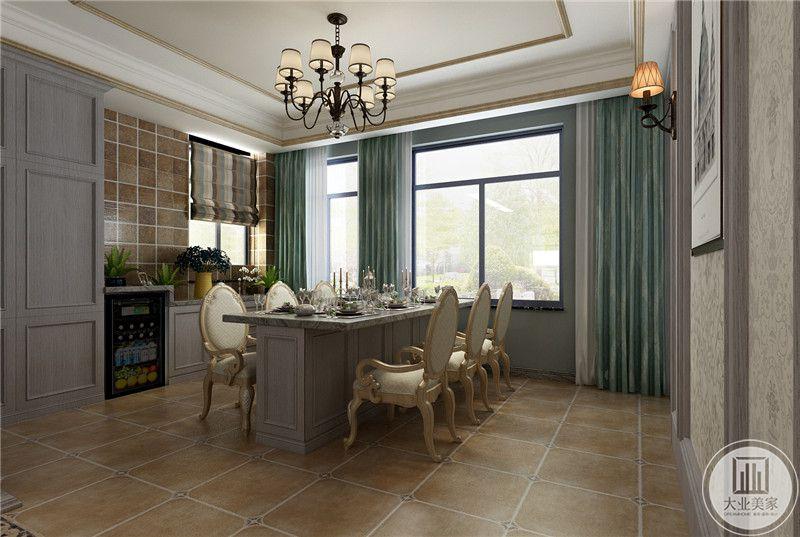 餐厅在餐桌的一侧设置了手拿的橱柜,柜子上摆着茶壶和杂物。
