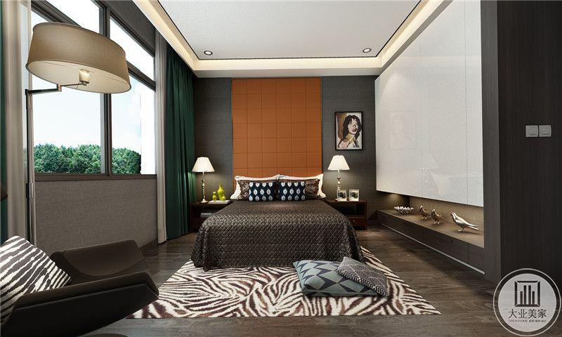 次卧采用了墨绿色的鲜亮的橘色点缀,强烈的视觉效果使这个空间极具艺术感。