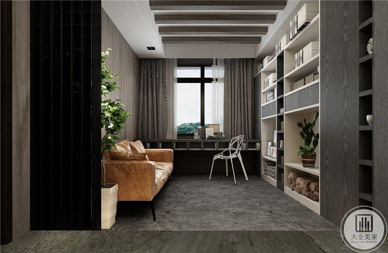 书房用一面墙做书架。临近窗户的一侧做书桌。另一侧则是橘色的沙发。艳色的橘使这个空间更显明亮和温暖。