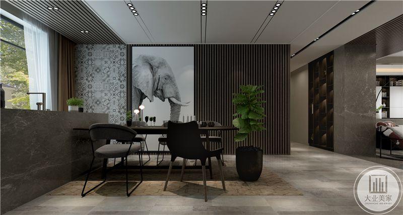 餐厅空间是简单得灰黑色桌椅,紧靠吧台,及其简约的桌椅给人一种强烈的不羁感与现代感,装饰墙上做成不规则的装饰画和墙面组合的设计。