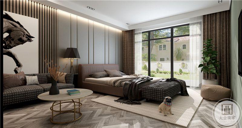 卧室是大大的落地窗,没有过多的对空间进行修饰,简单的床,沙发,茶几的组合产生一种大巧不工的感觉。
