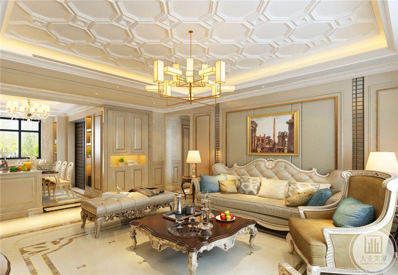 客厅沙发墙是一幅古典装饰画。华丽的吊灯散下温暖的灯光将空间照射的十分有古典气息。