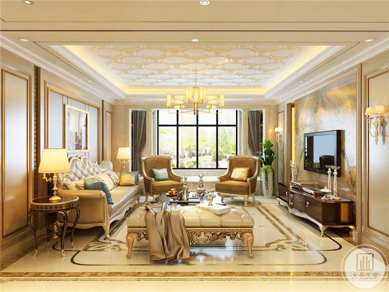 客厅窗帘选用了优雅的浅灰色,使空间过分华丽的装潢稍稍显得克制。